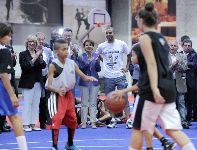 La Ministre des Sports assiste à une démonstration du jeu à trois. Le jeu à trois est un pré collectif offensif en basket-ball