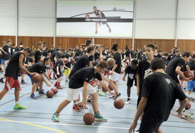 Les jeunes motivés font rebondir la balle avec le creux de la main pour améliorer leur dribble