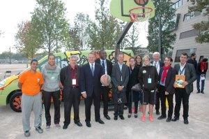 Mr T Braillard avec toute l'équipe d'Action Basket Citoyen , les élus de la région Jean Philippe Asenci délégué de l'APELS et Christian Philippe Président de l'APELS